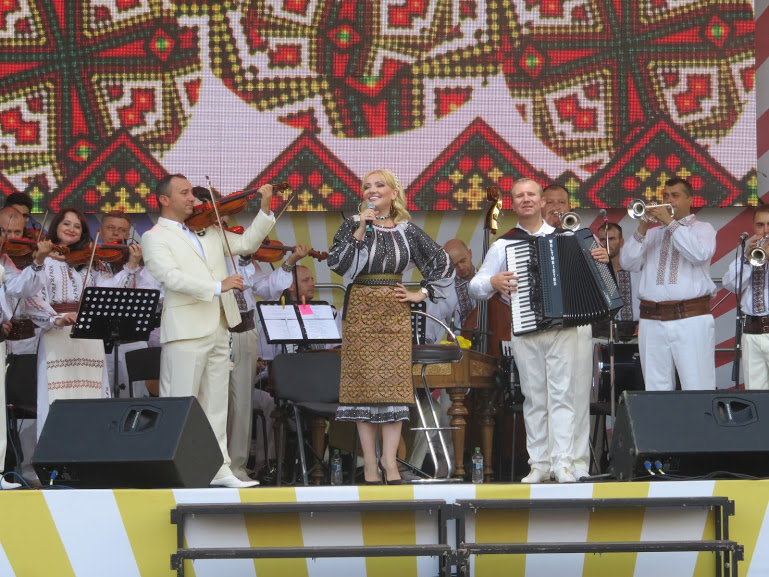performance of moldovoan songs on Limba Noastra in Chisinau